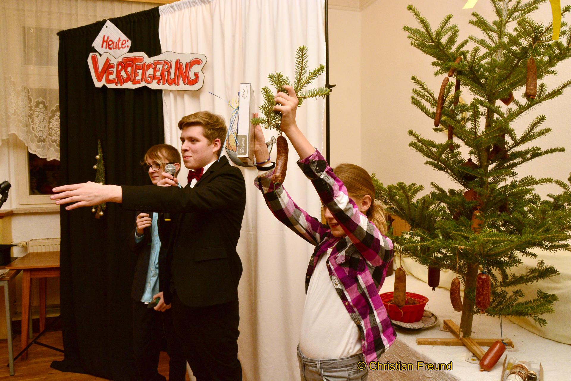 Versteigerer Leon Hoffmann (Mitte), Lucy und Tom-John Steiniger brachten unter dem Tannenbaum alles an die Gäste.