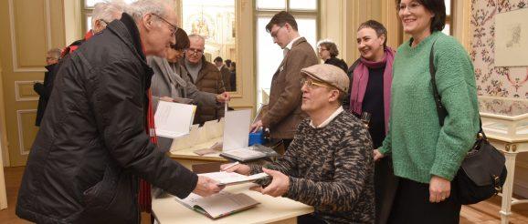 Während des Signierens machte es Dirk Meissner und seiner Frau Nina (2. rechts hinten) großen Spaß, mit den Besuchern der Ausstellungseröffnung ins Gespräch zu kommen.
