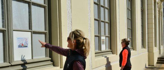 """Eine kurze Pause legten die beiden Damen während ihrer Joggingrunde durch den Greizer Park am Sommerpalais ein und hatten reichlich Spaß beim Betrachten der Karikaturen des Künstlers Dirk Meissner zum Thema """"Corona Spezial"""""""