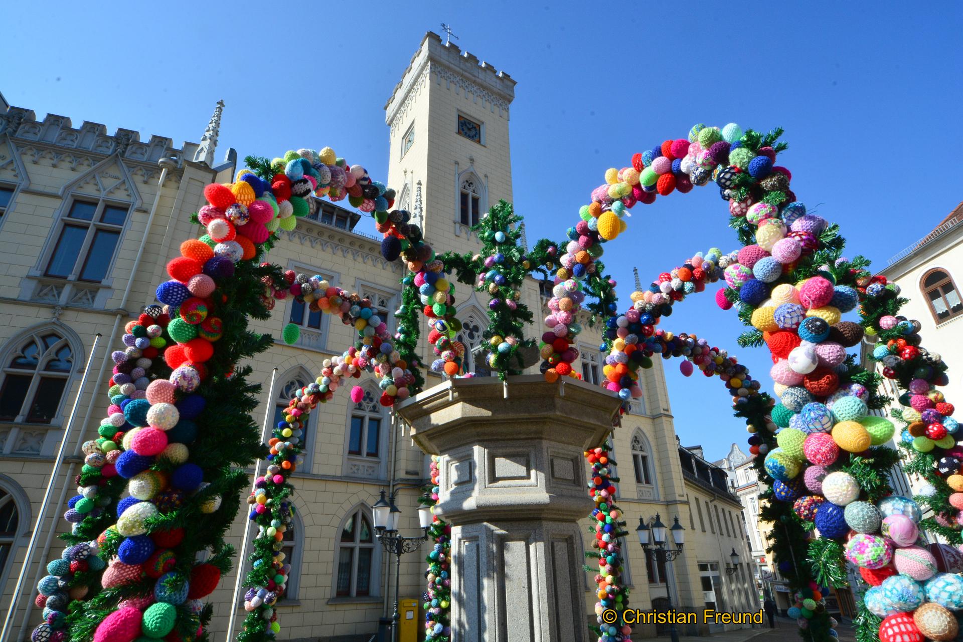 Wunderschön geschmückt mit vielen in Handarbeit gestalteten Ostereiern präsentiert sich der Greizer Marktbrunnen vor dem Rathaus. Auch der Röhrenbrunnen ist wieder eine Augenweide.