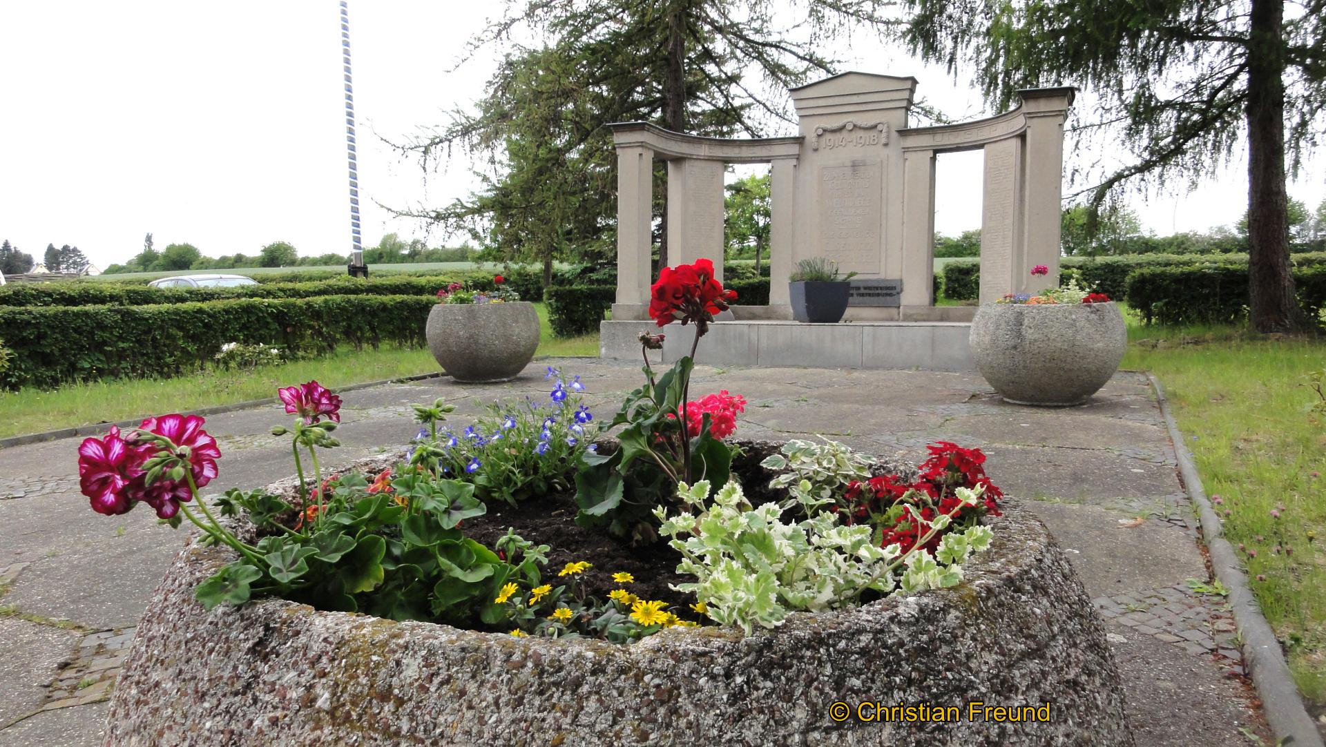 Blumenkübel jetzt auf dem Areal des Denkmals
