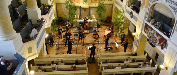 Endlich wieder vor Publikum musizieren – die Freude darüber war den 15 Musikern der Vogtland Philharmonie unter der Leitung von Generalmusikdirektor Stefan Fraas anzusehen